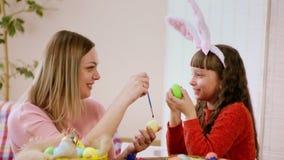 Ευτυχής οικογένεια της μητέρας και της κόρης που προετοιμάζονται για ιερό Πάσχα η κόρη λέει κάτι στη μητέρα της, εξετάζουν απόθεμα βίντεο