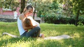 Ευτυχής οικογένεια της νέας φίλαθλης μητέρας και λίγης χαριτωμένης κόρης που έχουν τη διασκέδαση υπαίθρια φιλμ μικρού μήκους