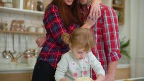 Ευτυχής οικογένεια τριών που έχουν τη διασκέδαση που μαγειρεύει από κοινού απόθεμα βίντεο