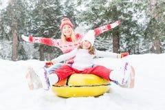 Ευτυχής οικογένεια υπαίθρια το χειμώνα Στοκ φωτογραφία με δικαίωμα ελεύθερης χρήσης