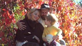 Ευτυχής οικογένεια φθινοπώρου Χαμογελώντας ζεύγος με το περπάτημα γιων παιδιών πέρα από το φυσικό υπόβαθρο φθινοπώρου Ρομαντικό ζ απόθεμα βίντεο