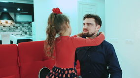 Ευτυχής, οικογένεια χαμόγελου Η κόρη βάζει στο κόσμημα μπαμπάδων της απόθεμα βίντεο