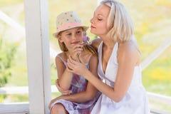 Ευτυχής οικογένεια mom και κόρη που απολαμβάνει υπαίθρια τη θερινή ημέρα Στοκ Εικόνες