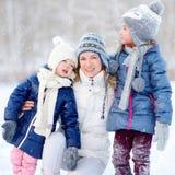 Ευτυχής οικογένεια ot τρία που έχει τη διασκέδαση στο χειμώνα Στοκ Φωτογραφία