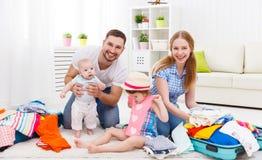Ευτυχής οικογενειακή μητέρα, πατέρας και δύο συσκευασμένες παιδιά βαλίτσες FO Στοκ φωτογραφίες με δικαίωμα ελεύθερης χρήσης