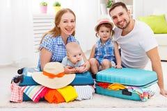 Ευτυχής οικογενειακή μητέρα, πατέρας και δύο συσκευασμένες παιδιά βαλίτσες FO Στοκ Εικόνα