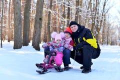 Ευτυχής οικογενειακή συνεδρίαση σε ένα έλκηθρο το χειμώνα στοκ φωτογραφίες με δικαίωμα ελεύθερης χρήσης
