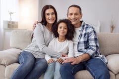 Ευτυχής οικογενειακή συνεδρίαση στον καναπέ στοκ εικόνες
