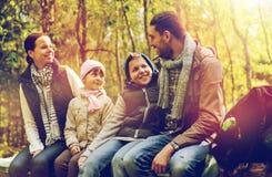 Ευτυχής οικογενειακή συνεδρίαση στον πάγκο και ομιλία στο στρατόπεδο Στοκ εικόνες με δικαίωμα ελεύθερης χρήσης