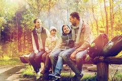 Ευτυχής οικογενειακή συνεδρίαση στον πάγκο και ομιλία στο στρατόπεδο Στοκ Εικόνα