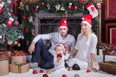 Ευτυχής οικογενειακή συνεδρίαση στο εορταστικό δωμάτιο Χριστουγέννων Στοκ εικόνα με δικαίωμα ελεύθερης χρήσης
