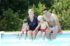 Ευτυχής οικογενειακή συνεδρίαση από την πισίνα Στοκ Εικόνες