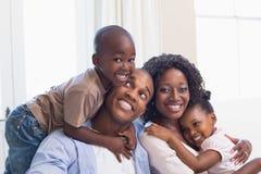 Ευτυχής οικογενειακή τοποθέτηση στον καναπέ από κοινού Στοκ Φωτογραφίες