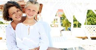 Ευτυχής οικογενειακή χαλάρωση θερέτρου πολυτέλειας στοκ φωτογραφίες με δικαίωμα ελεύθερης χρήσης