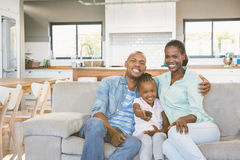 Ευτυχής οικογενειακή χαλάρωση στον καναπέ στοκ εικόνες με δικαίωμα ελεύθερης χρήσης