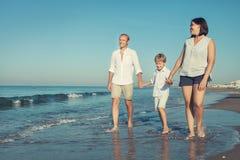 Ευτυχής οικογενειακός περίπατος μαζί στη γραμμή κυματωγών θάλασσας Στοκ φωτογραφία με δικαίωμα ελεύθερης χρήσης