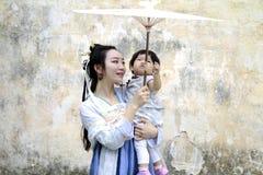 Ευτυχής οικογενειακός χρόνος, κινεζική κλασική γυναίκα στο φόρεμα Hanfu με το κοριτσάκι Στοκ φωτογραφία με δικαίωμα ελεύθερης χρήσης