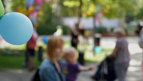 Ευτυχής οικογενειακός χρόνος στο πάρκο πόλεων απόθεμα βίντεο