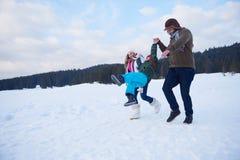 Ευτυχής οικογενειακός χτίζοντας χιονάνθρωπος Στοκ φωτογραφίες με δικαίωμα ελεύθερης χρήσης