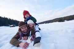 Ευτυχής οικογενειακός χτίζοντας χιονάνθρωπος Στοκ φωτογραφία με δικαίωμα ελεύθερης χρήσης