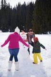 Ευτυχής οικογενειακός χτίζοντας χιονάνθρωπος Στοκ εικόνα με δικαίωμα ελεύθερης χρήσης