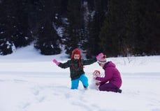 Ευτυχής οικογενειακός χτίζοντας χιονάνθρωπος Στοκ Φωτογραφία