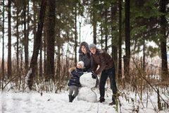 Ευτυχής οικογενειακός sculpts χιονάνθρωπος Στοκ Φωτογραφία