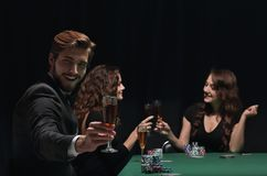 Ευτυχής ομάδα ανθρώπων που γιορτάζει ένα επιτυχές παιχνίδι του πόκερ Στοκ φωτογραφία με δικαίωμα ελεύθερης χρήσης