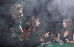 Ευτυχής ομάδα ανθρώπων που γιορτάζει ένα επιτυχές παιχνίδι του πόκερ στοκ εικόνες