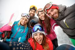 Ευτυχής ομάδα σκιέρ να κάνει σκι Στοκ φωτογραφία με δικαίωμα ελεύθερης χρήσης