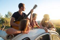 Ευτυχής ομάδα σχετικά με τις διακοπές Στοκ Εικόνες