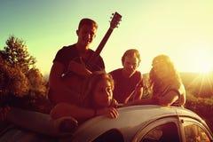 Ευτυχής ομάδα σχετικά με τις διακοπές Στοκ Φωτογραφίες