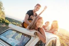Ευτυχής ομάδα σχετικά με τις διακοπές Στοκ εικόνα με δικαίωμα ελεύθερης χρήσης
