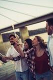 Ευτυχής ομάδα φίλων που ανάβουν τα sparklers και που απολαμβάνουν της ελευθερίας Στοκ φωτογραφίες με δικαίωμα ελεύθερης χρήσης