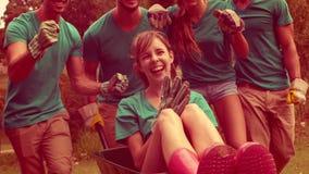 Ευτυχής ομάδα εθελοντών ενθαρρυντικών στο πάρκο απόθεμα βίντεο