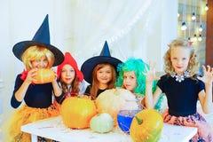 Ευτυχής ομάδα παιδιών στα κοστούμια που προετοιμάζονται για αποκριές Στοκ φωτογραφία με δικαίωμα ελεύθερης χρήσης