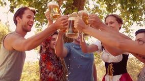 Ευτυχής ομάδα φίλου ενθαρρυντική με την πίντα της μπύρας φιλμ μικρού μήκους