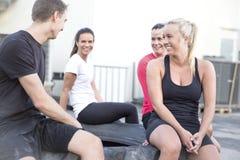 Ευτυχής ομάδα workout που παίρνει ένα σπάσιμο υπαίθριο στοκ εικόνες με δικαίωμα ελεύθερης χρήσης