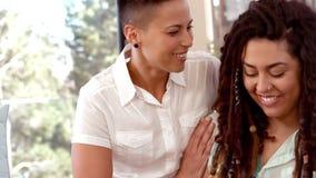 Ευτυχής ομοφυλοφιλική γυναίκα που λαμβάνει το δώρο φιλμ μικρού μήκους