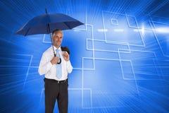 Ευτυχής ομπρέλα εκμετάλλευσης επιχειρηματιών Στοκ εικόνα με δικαίωμα ελεύθερης χρήσης