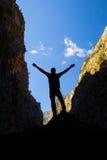 Ευτυχής ορειβάτης που φθάνει στο άτομο επιτυχίας στόχου ζωής Στοκ Εικόνα