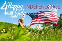 Ευτυχής 4ος της ημέρα της ανεξαρτησίαςης Ιουλίου, Ηνωμένες Πολιτείες Αμερικανική σημαία εκμετάλλευσης γυναικών στοκ φωτογραφία