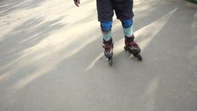 Ευτυχής οδήγηση αγοριών στο πάρκο στους κυλίνδρους απόθεμα βίντεο