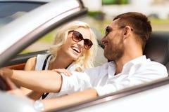 Ευτυχής οδήγηση ανδρών και γυναικών στο αυτοκίνητο καμπριολέ Στοκ Φωτογραφία