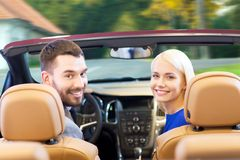 Ευτυχής οδήγηση ζευγών στο αυτοκίνητο καμπριολέ πέρα από την πόλη Στοκ φωτογραφίες με δικαίωμα ελεύθερης χρήσης