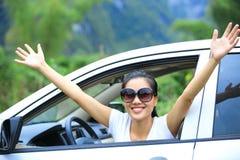 Ευτυχής οδηγός γυναικών στο νέο αυτοκίνητο Στοκ Εικόνα