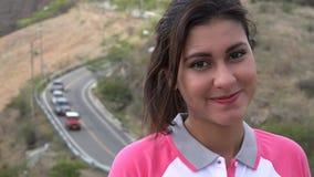 Ευτυχής οδική κυκλοφορία γυναικών και βουνών απόθεμα βίντεο
