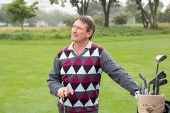 Ευτυχής παίκτης γκολφ εκτός από την τσάντα γκολφ του Στοκ φωτογραφία με δικαίωμα ελεύθερης χρήσης