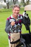 Ευτυχής παίκτης γκολφ εκτός από το γκολφ του με λάθη Στοκ εικόνα με δικαίωμα ελεύθερης χρήσης