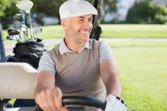 Ευτυχής παίκτης γκολφ που οδηγεί το γκολφ του με λάθη Στοκ Φωτογραφία